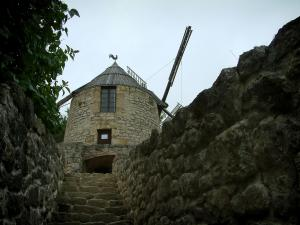 Lautrec - Stair lined with stone walls leading to the windmill