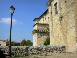 Lavardens - Lavardens castle and lamppost