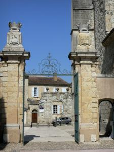 Lectoure - Portal of the former episcopal palace overlooking the entrance of the Trois Boules mansion