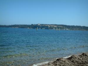 Lérins island - Sea, windsurfing boards and the Sainte-Marguerite island