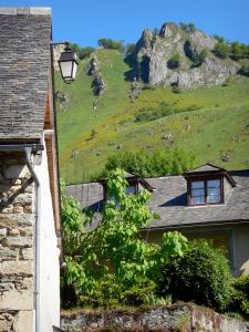 Lescun Cirque rock formations - Houses in the village of Lescun