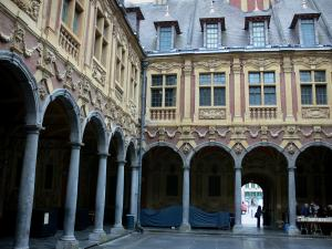 Lille - Vieille Bourse: houses (Flemish architecture) and cloisters (inner courtyard)