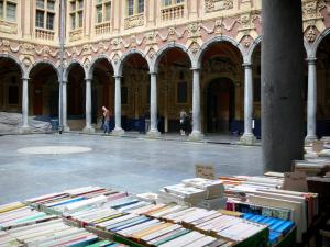 Lille - Vieille Bourse: books stand in foreground, houses (Flemish architecture) and cloisters (inner courtyard)