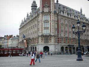 Lille - Chamber of Commerce and Industry, lamppost and houses