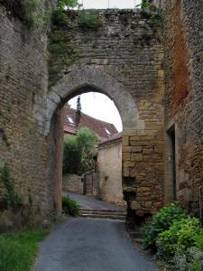 Limeuil - Gateway and houses of the medieval village, in Périgord
