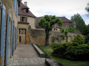 Limeuil - Garden of the town hall and houses of the medieval village, in Périgord