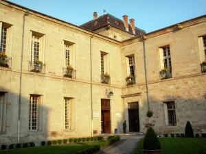 Lodève - Former bishop's palace home to the Town hall and garden (lawns, shrubs)