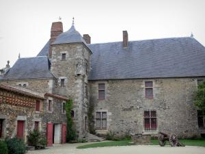 Logis de la Chabotterie manor house - Lodge, outbuildings and main courtyard with a cannon