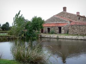 Logis de la Chabotterie manor house - Expanse of water and outbuildings