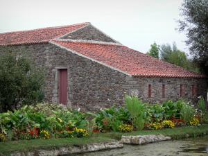 Logis de la Chabotterie manor house - Outbuildings and flowers