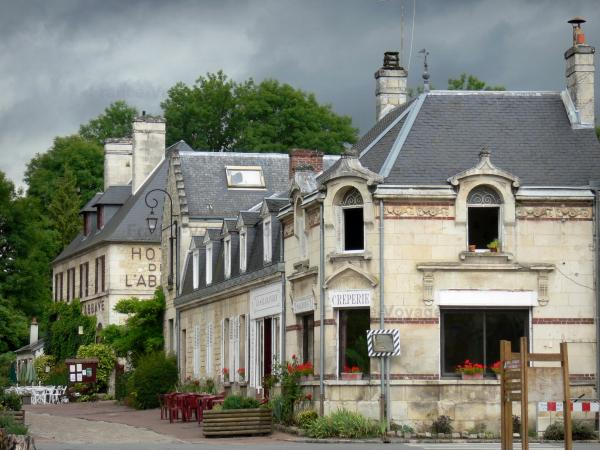 Longpont - Houses and outdoor cafes of the village