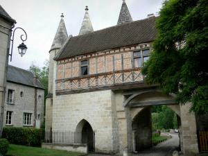 Longpont - Fortified gate of the abbey with its half-timbered floor and its turrets