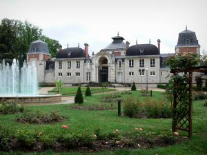Lons-le-Saunier - Spa establishment (thermes) and its park (fountain with jets, paths, lawns, shrubs and rosebushes)