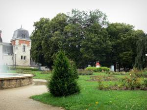 Lons-le-Saunier - Spa establishment (thermes) and its park (shrubs, lawn and rosebushes), trees