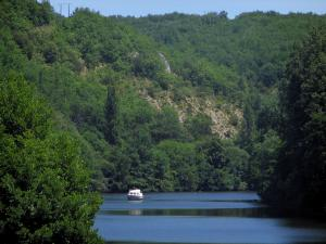 Lot valley - Lot river with a boat and trees along the water, in the Quercy