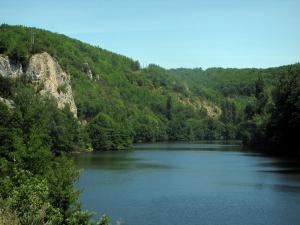 Lot valley - Lot river, rock face and trees along the water, in the Quercy
