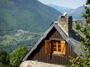 Louron valley - Wooden chalet overhanging the valley