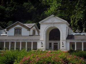 Luchon - Hydropathic establishment (Thermes) and shrubs