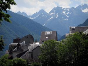 Luchon - Houses with view of the Pyrenees mountains