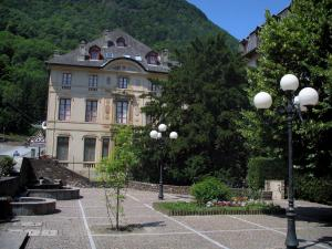 Luchon - Lampposts, fountain and building of the spa town