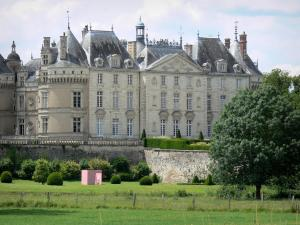 Le Lude castle - Louis XVI facade (classical style), Francis I facade (Renaissance), round towers and castle gardens