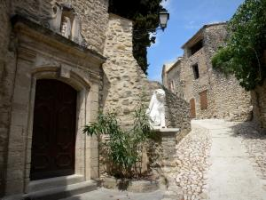 Lurs - Narrow street, statue and stone houses of the village