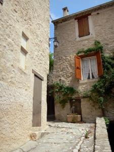 Lurs - Narrow street and stone houses of the village