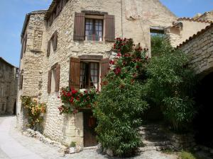 Lurs - Stone house with rosebushes (climbing roses)