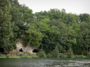 Lussac-les-Châteaux - Pond, shore, Fadets cave and trees
