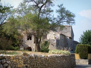 Lussan - Small wall and stone house, trees