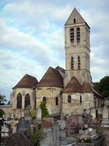 Luzarches - Tower and apse of the Saint-Côme et Saint-Damien church, and cemetery; in the Oise-Pays de France Regional Nature Park