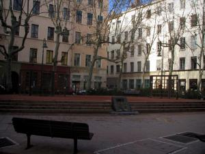 Lyon - Croix-Rousse: square and buildings