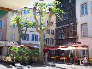 Mâcon - Herbes square: Renaissance wooden house, facades of houses, plane trees and restaurant terraces