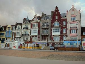 Malo-les-Bains - Opal Coast: houses (seafront), dike-walk and sandy beach of the seaside resort