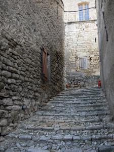 Mane - Calade (paved sloping narrow street)