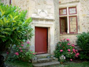 Le Mans - Old Mans - Plantagenet town: Saint-Jacques canonical house with its red door bordered by hydrangeas in bloom
