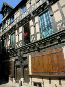 Le Mans - Old Mans - Plantagenet town: half-timbered facade of the Deux Amis house