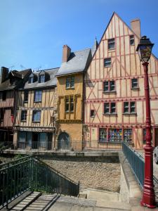 Le Mans - Old Mans - Plantagenet town: view of the old half-timbered houses in the old town, including the Red Pillar house