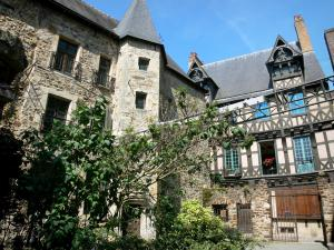 Le Mans - Old Mans - Plantagenet town: courtyard of the Queen Berengaria museum and half-timbered facade of the Deux Amis house