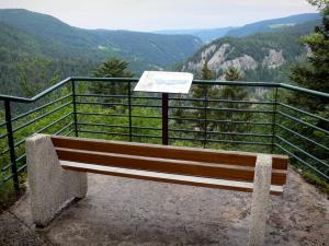 Maquisards viewpoint - Bench of the viewpoint with view of the Jura mountains