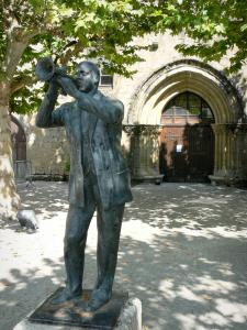 Marciac - Statue of Wynton Marsalis, sycamore (tree) and former Augustins convent