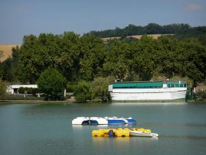 Marciac - Marciac lake surrounded by trees