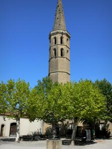 Marciac - Octagonal tower of the former Augustins convent and the Place du Chevalier d'Antras sqaure with plane trees
