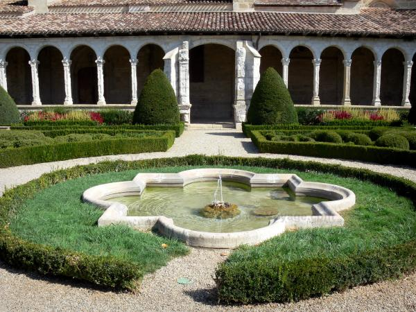 Marmande - Renaissance cloister of the Notre-Dame church and its French-style formal garden with a fountain