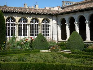 Marmande - Renaissance cloister of the Notre-Dame church and its French-style formal garden