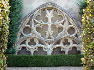 Marmande - Gothic tracery in the French-style formal garden of the cloister of the Notre-Dame church