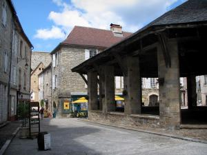 Martel - Covered market hall and stone houses of the Consuls square, in the Quercy
