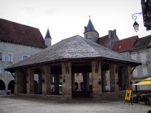 Martel - Covered market hall, houses, angle turret of the Raymondie mansion (on the left), tower of the Fabri house (on the right), in the Quercy