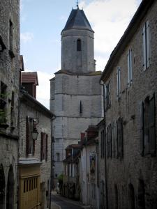 Martel - Saint-Maur church of Gothic style and facades of houses of the city, in the Quercy