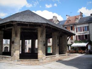 Martel - Covered market hall and houses of the Consuls square, in the Quercy